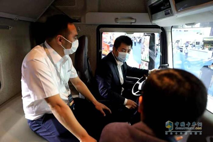一汽集团党委常委、副总经理刘亦功登车体验