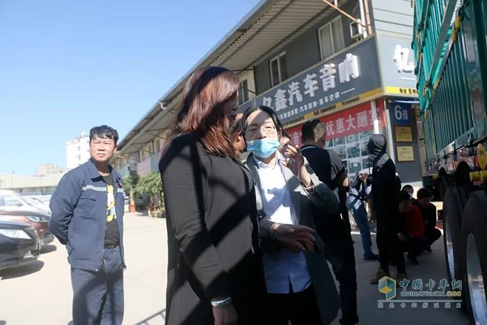 锣响集团云南广西营销中心总经理李云在讲解车辆