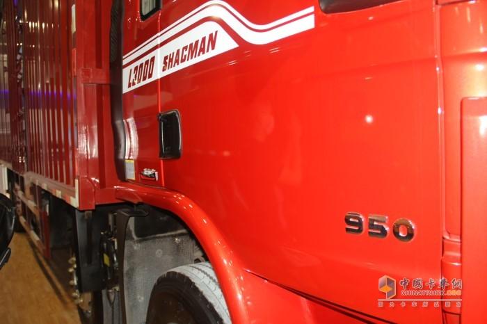 """左侧车门上粘贴了""""950""""的字样,数字950代表的是发动机的扭矩"""
