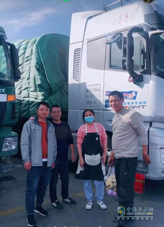 窦向永和他的卡车人朋友一起庆祝中秋节