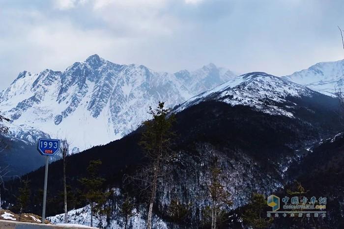 214国道远眺白马雪山