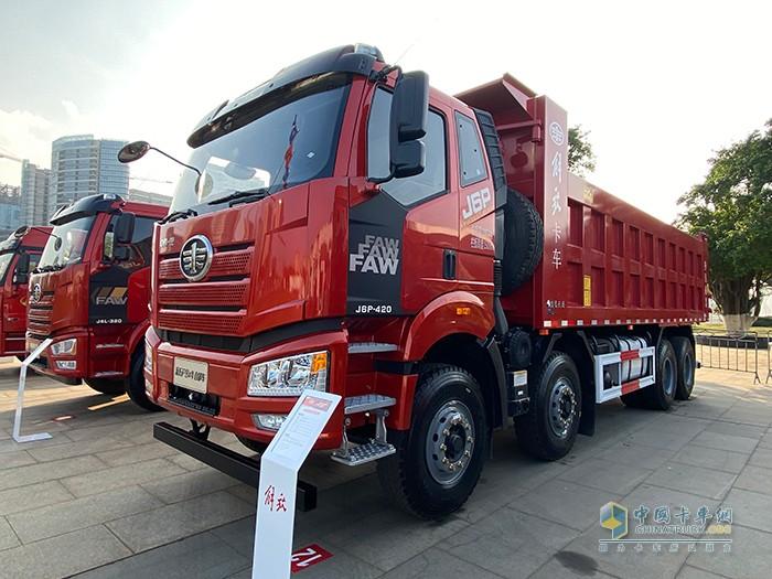 新J6P 8×4 复合自卸车