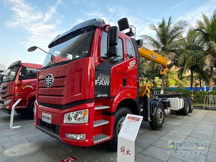 新J6P 8×4 随车起重运输车
