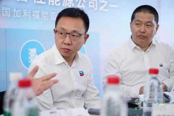 雪佛龙润滑油中国区市场总监余绍立(左)