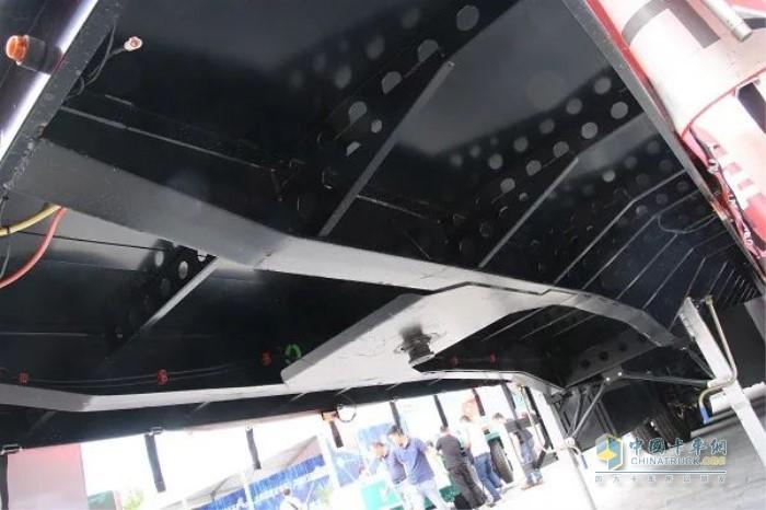 灰熊自卸半挂就将悬架斜撑板改为直板样式增加悬架处刚性