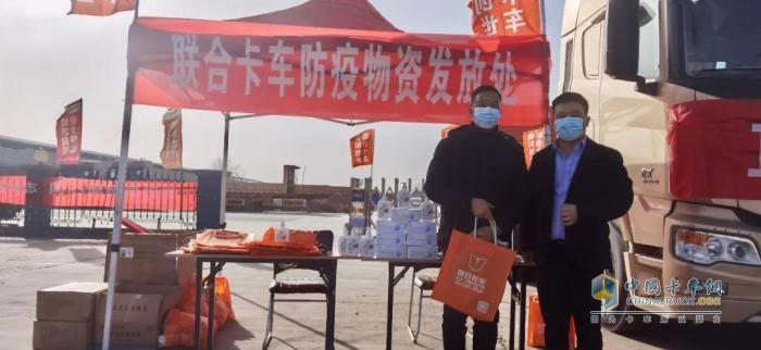 安阳市创世汽车贸易有限责任公司总经理李文青(右一)