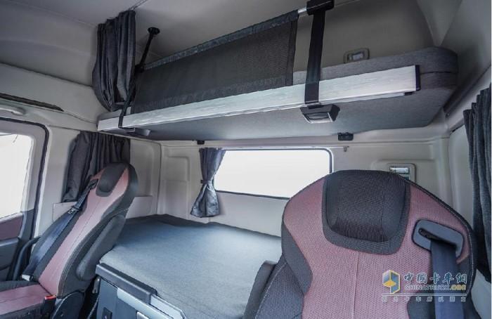 红岩杰狮H6 6X4中置轴货运列车内饰舒适性
