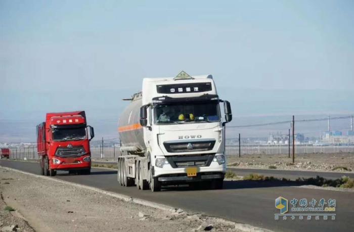中国重汽豪沃T7危险品牵引车