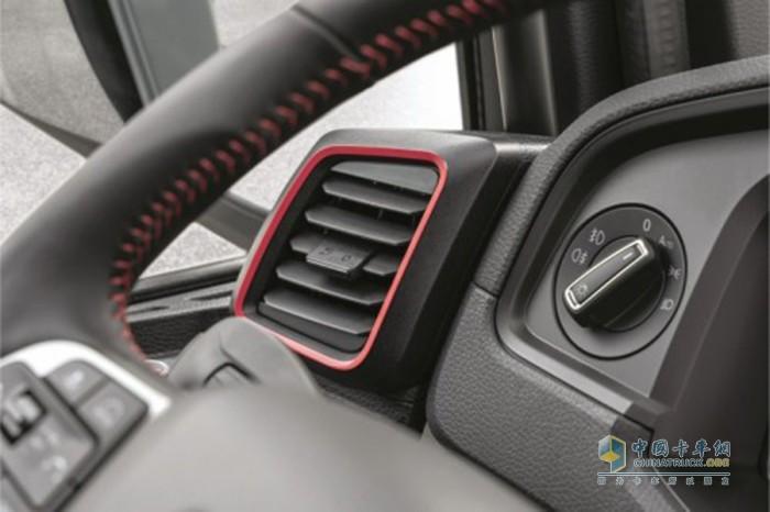 红色装饰缝线元素凸显曼恩TGX-Individual-Lion-S的运动风格