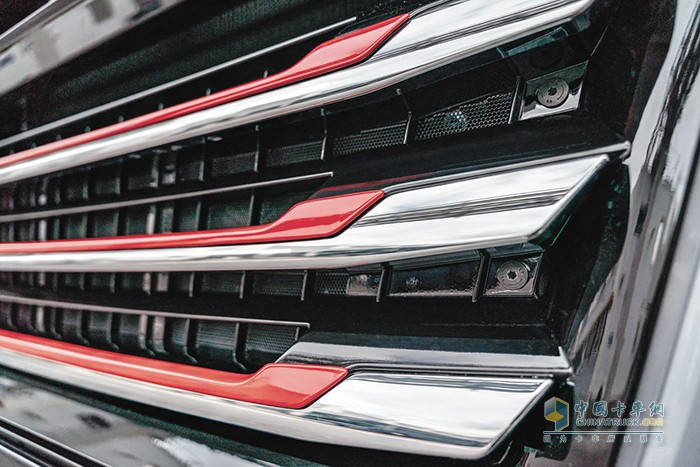 经典的散热器采用黑色喷漆和红色的镀铬装饰