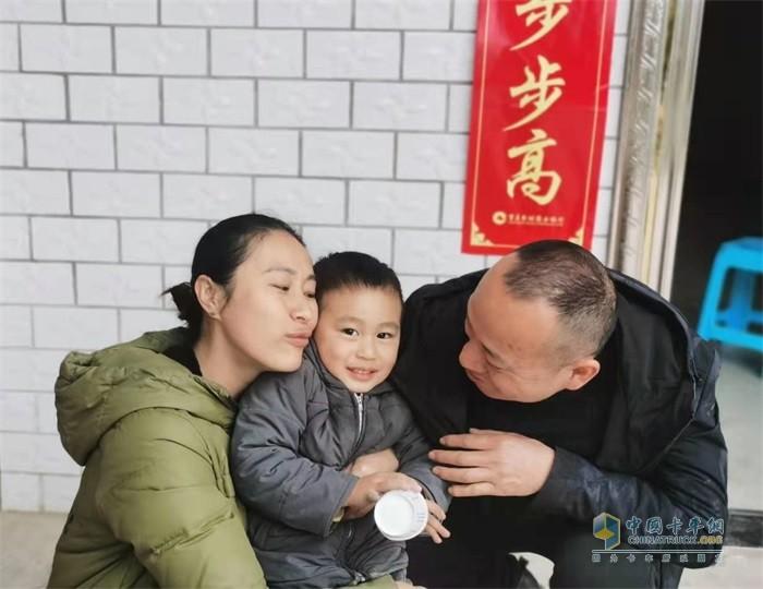 张罗坤与家人团聚