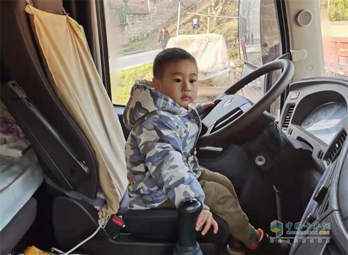 """小儿子""""驾驶""""着自己的东风天龙旗舰重卡"""