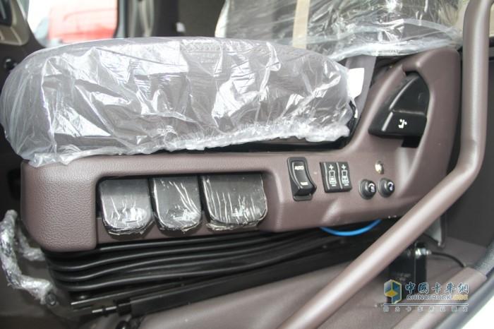 乘龙H7 3.0陆航版主驾配装气囊减震座椅,具有通风加热功能