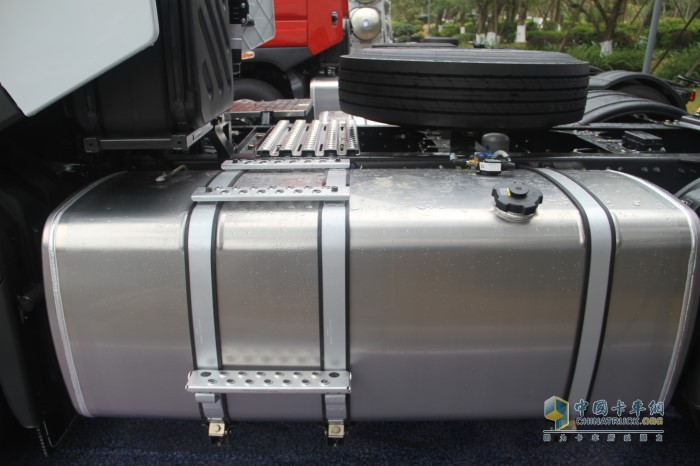 采用主副油箱设计