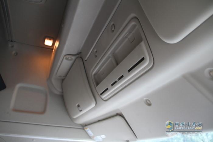 700智臻驾驶室上方为三个储物格内部空间大