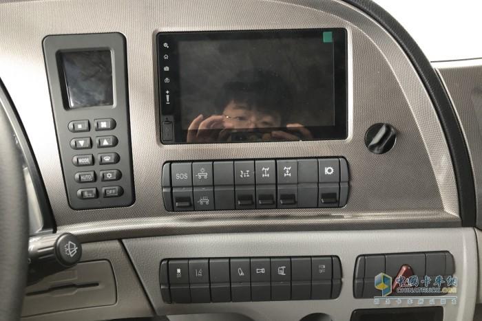 中控台上方标配有一个超大液晶显示屏