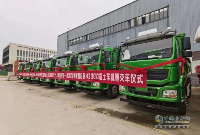 即将交付用户的首批20辆德龙M3000环保渣土车