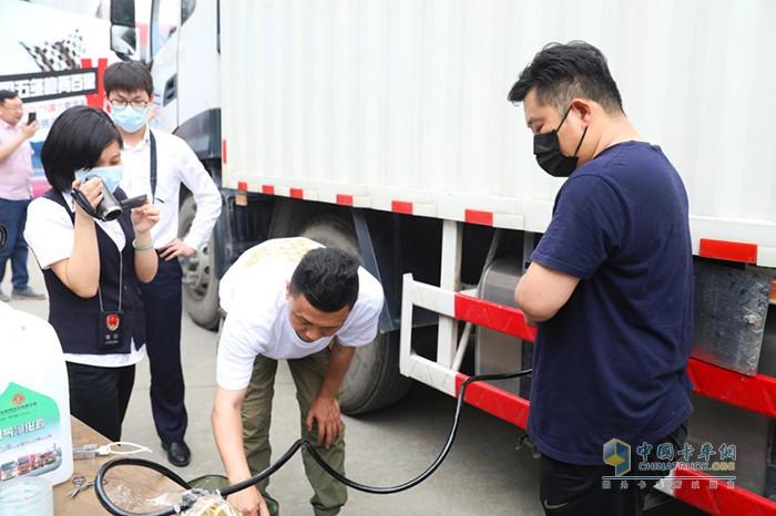工作人员抽取燃油