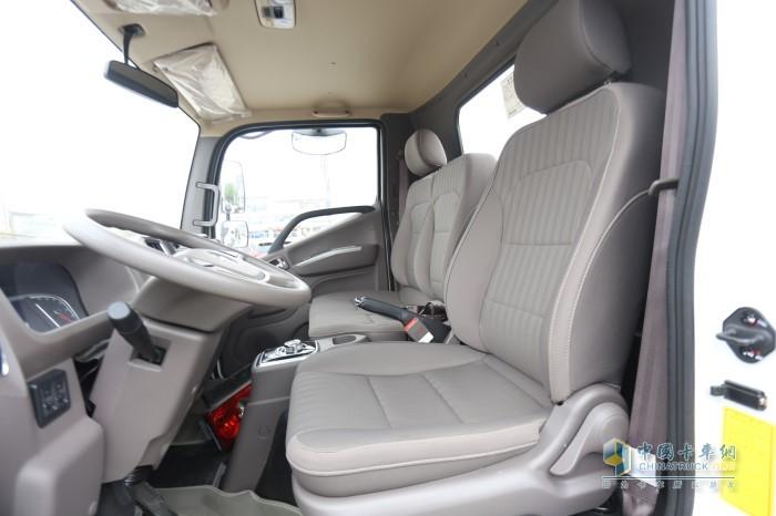 智蓝轻卡驾驶室内部采用的简洁实用的朴素风格
