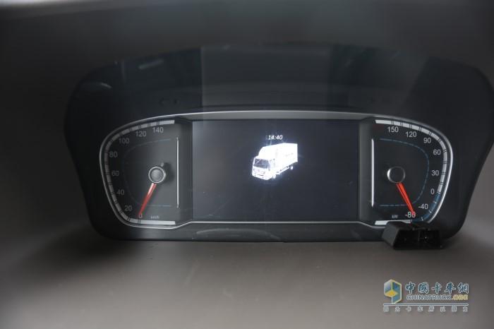 仪表盘相比传统车型有所变化,采用了对称式设计