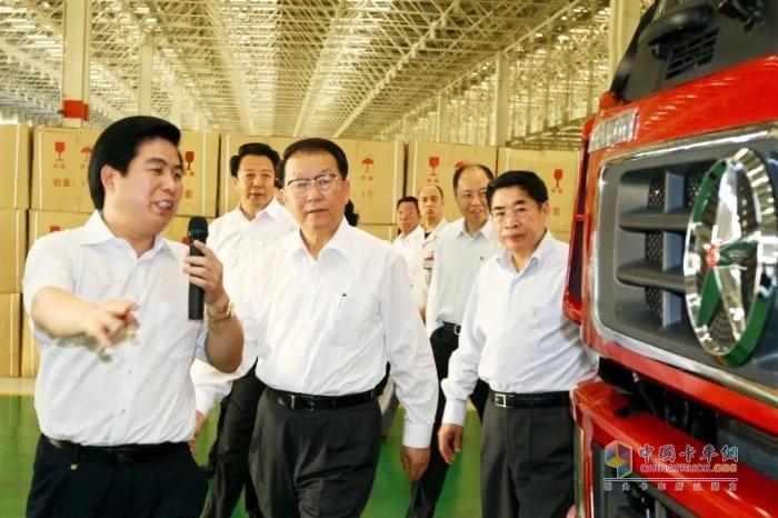 2011年5月6日,时任中共中央政治局常委李长春在大运集团(运城)重卡生产基地调研。