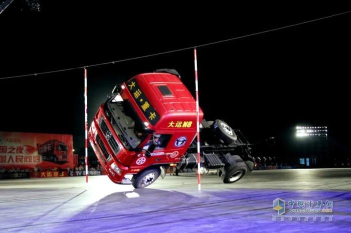 """创造了""""卡车侧两轮行驶过最窄通道""""的吉尼斯世界纪录"""