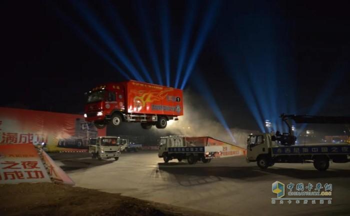 """大运重卡创造了""""卡车斜坡飞跃最远距离""""吉尼斯世界纪录"""