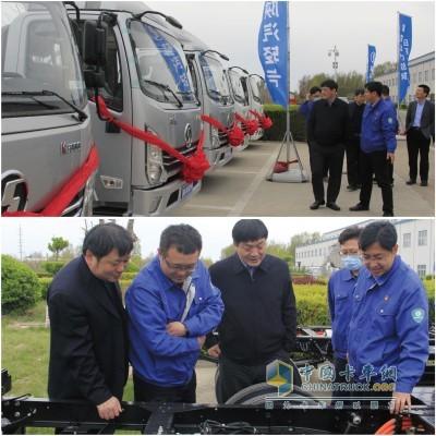 在产品展示区,田强总经理重点介绍了陕汽轻卡配备汉德车桥的主销产品及新能源产品规划