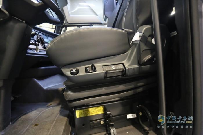 主驾驶座椅是头枕一体式气囊减震座椅