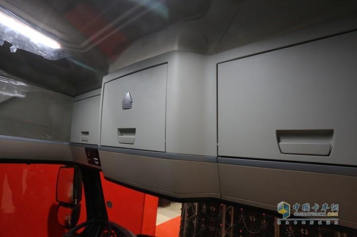 重汽豪沃TH7犇赢版驾驶室的顶部空间