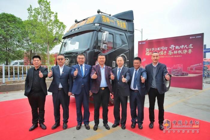 驾驶解放55周年纪念版J6从郑州出发,跨越1800公里,奔赴长春献车