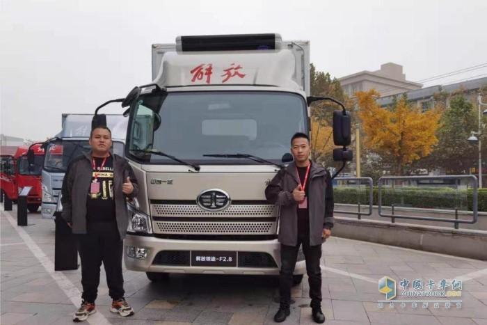 韩浩(右)与他的小伙伴一起参加解放轻卡活动
