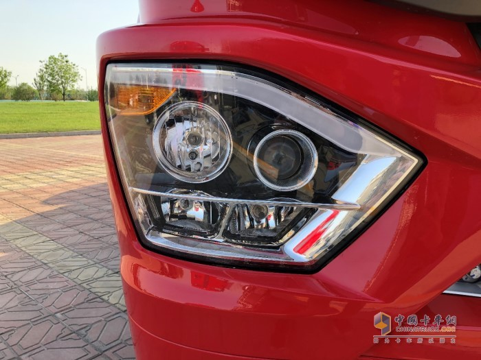 豪沃N7W牵引车组合式大灯