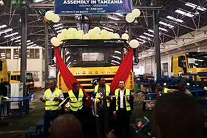 """上汽红岩在坦桑尼亚首辆CKD重卡下线,东非市场再添""""中国力量"""""""