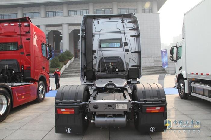 德龙X6000 LNG牵引车采用全空气悬架