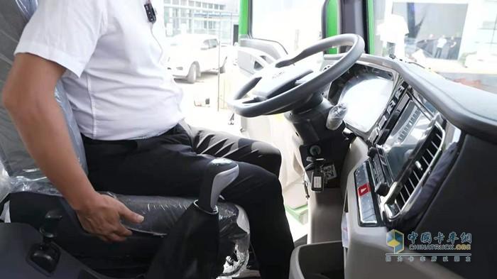 德龙M3000S牵引车驾驶室内饰舒适性很高