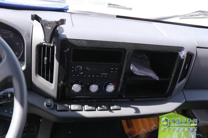 在驾驶室方面解放轻卡虎VH采用的是最新的分段式设计