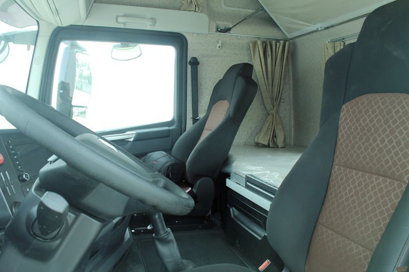 一汽解放 J7重卡 500马力 6X4 国五牵引车(嫩芽绿)(CA4250P77K25T1E5)