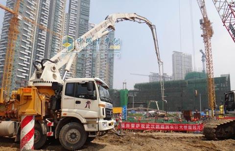 图为福田雷萨泵车在武汉鹦鹉洲长江大桥施工现场