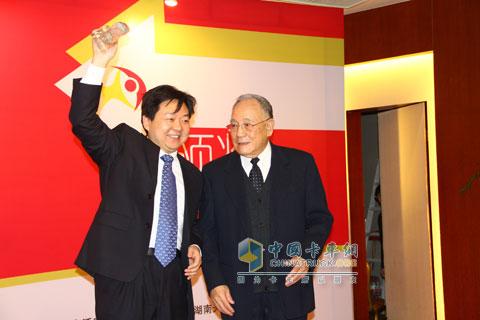 原机械工业部部长何光远和中国重汽集团公司副总经理刘伟、技术中心副主任李红珍合影