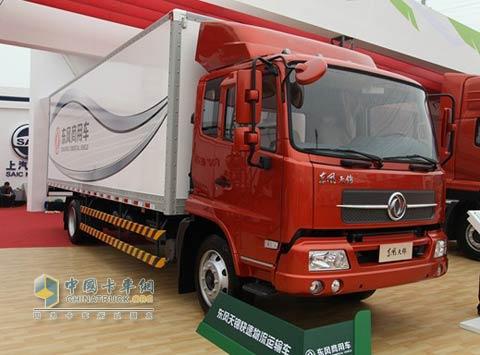 4月24日,北京国际车展上展出的东风天锦快速物流运输车