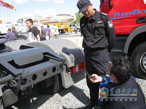 北京车展保安与专业用户交流-业精于专 北京车展卡车专业观众做有心人高清图片
